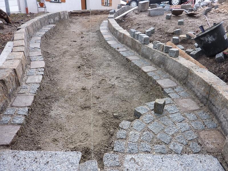 Zum gartentor wird mit granitkleinstein und kleinen rechteckigen
